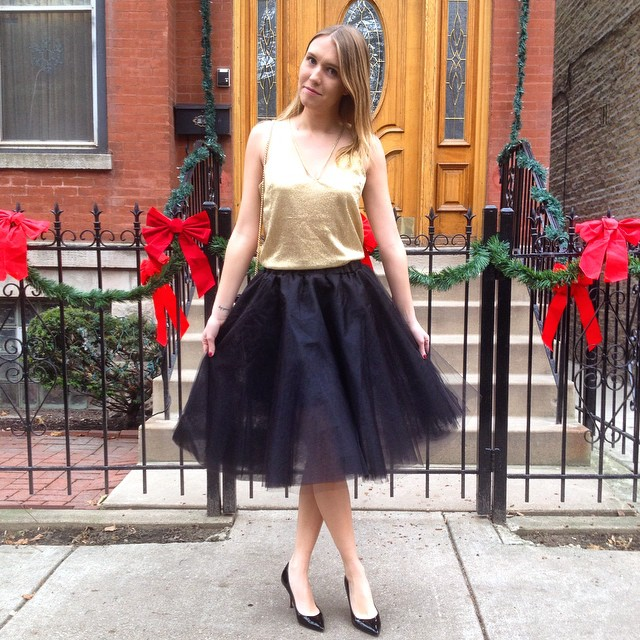 Having a Carrie Bradshaw holiday moment ?? #midwestbloggers #fashionblogger